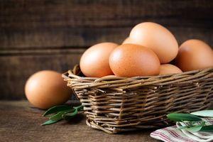 Phê thuốc, người đàn ông nhét trứng luộc vào hậu môn