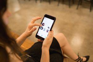 Một phụ nữ dùng ứng dụng hẹn hò Tinder lừa 100 đàn ông vào cuộc thi quái lạ