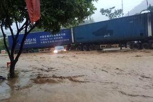 Tài xế container nhanh trí lái xe chắn ô tô đang bị lũ cuốn trôi ở Sơn La