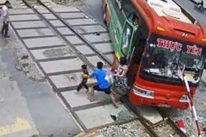 Thanh Hóa: Ô tô nằm giữa đường tàu hỏa, tài xế cho xe lùi lại đúng hay sai?