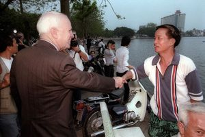 Mối 'duyên nợ' đậm sâu với Việt Nam của thượng nghị sĩ John McCain