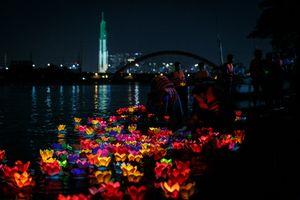 Hoa đăng rực sáng sông Sài Gòn đêm rằm tháng bảy