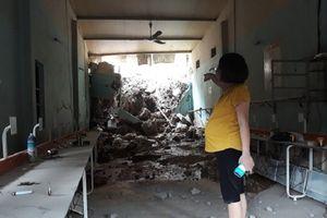Sạt lở núi trong đêm, một ngôi nhà ở Nghệ An bị sập