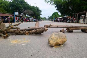 Dân chặn đường về cảng sau vụ xe chở dăm gỗ đâm chết người