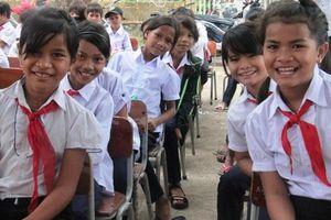 Tiếp sức để trẻ em nghèo dân tộc Bana chinh phục 'con số, mặt chữ'