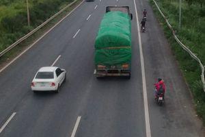 Hà Nội: Xe máy bất chấp nguy hiểm đi vào cao tốc