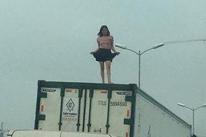 Bản tin 20H: Người phụ nữ mặc váy ngắn nhảy múa trên nóc xe