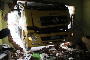 Ba người thoát chết hy hữu khi xe tải tông sập nhà