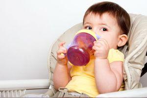 Mách mẹ tuyệt chiêu giúp con chịu uống nước dù con rất ghét