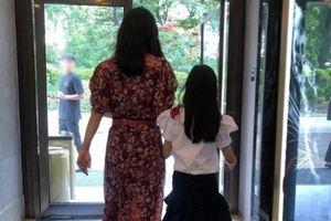 Kim Hee Sun hiếm hoi chia sẻ ảnh bên con gái lên mạng xã hội