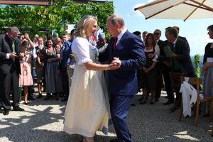 Bị chỉ trích là khuỵu gối phục tùng Putin, Ngoại trưởng Áo giải thích