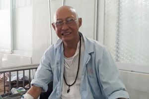 Nghệ sĩ Lê Bình phải nằm giường hành lang để điều trị ung thư