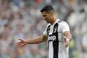 Clip: Ronaldo tự cản phá pha dứt điểm của chính mình