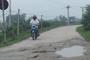 Tại xã Chuyên Mỹ, huyện Phú Xuyên: Mặt đê biến dạng vì xe quá tải