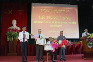 Phó Bí thư Thành ủy Đào Đức Toàn trao Huy hiệu Đảng cho đảng viên huyện Quốc Oai