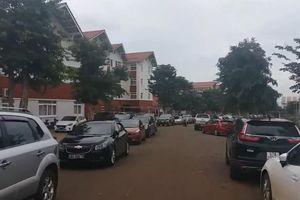 Cả ngàn ô tô của phụ huynh đỗ kín sân trường ở Đắk Lắk