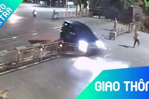 Ôtô ở Thanh Hóa lao thẳng, húc tung rào chắn xe lửa