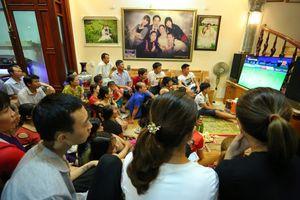 Gia đình hào hứng khi Văn Toàn vào sân