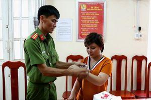 Khởi tố, tạm giam bảo mẫu bạo hành trẻ em ở An Giang