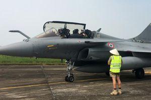 Ảnh, clip: Tiêm kích đa năng của Pháp đến sân bay Nội Bài