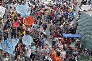 Người Sài Gòn cúng cô hồn bằng cơn 'mưa tiền'