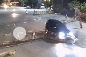 Thêm một ô tô húc tung gác chắn đường sắt tại Thanh Hóa