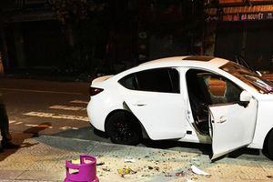 Thanh niên nghi 'ngáo đá' dùng búa sắt đập phá hàng loạt ô tô