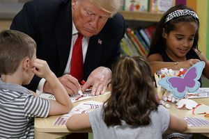 Vẽ sai màu quốc kỳ, Tổng thống Trump bị cư dân mạng chế giễu