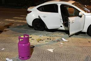 Người đàn ông dùng búa đập phá hàng loạt ô tô, cướp xe máy