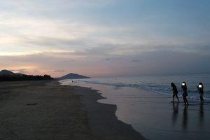 Dự sinh nhật võ sư bên bãi biển, 5 học sinh bị sóng cuốn