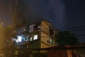 Cháy nhà C6 tập thể Trung Tự lúc rạng sáng: Cư dân hoảng loạn tháo chạy khỏi nhà trong đêm