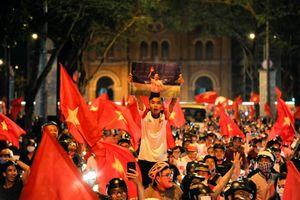 Vui như chưa bao giờ vui thế, hàng nghìn người Sài Gòn - Hà Nội đổ ra đường mừng chiến thắng lịch sử của Olympic Việt Nam