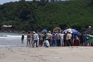 5 học sinh bị sóng biển cuốn, 2 em tử vong thương tâm