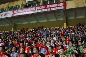 Cổ động viên đội mưa cổ vũ cho đội tuyển Olympic Việt Nam