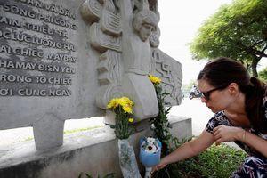 Nhiều người mang hoa tưởng nhớ Thượng nghị sỹ McCain ở Hà Nội