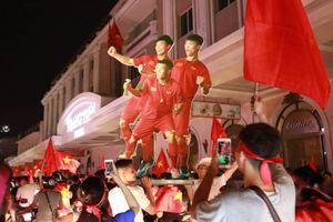 Khoảnh khắc hàng triệu cổ động viên reo hò ăn mừng chiến thắng lịch sử của U23 Việt Nam