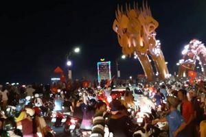 Cầu Rồng đông nghịt người sau kỳ tích của Olympic Việt Nam