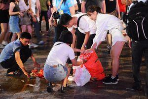 Sau chiến thắng của Olympic Việt Nam, người Sài Gòn cặm cụi nhặt rác