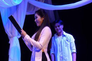 Scandal của đại gia lụa lên sân khấu kịch