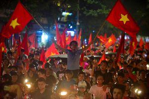 CĐV Hà Nội thức trắng đêm, ra đường ăn mừng sau chiến thắng lịch sử của Olympic Việt Nam