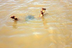 Trượt chân ngã xuống ao, 2 bé gái đuối nước thương tâm