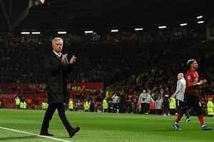 Man Utd thua tan nát, HLV Mourinho vỗ tay rời sân