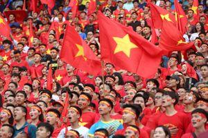 Người Hà Nội dầm mưa xem màn trình diễn quả cảm của Olympic Việt Nam