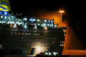Hy Lạp: Phà chở hơn 1.000 người bốc cháy trong đêm