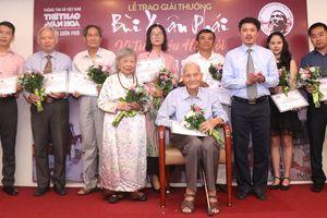Ông giáo 96 tuổi Nguyễn Bá Đạm nhận giải thưởng lớn Vì tình yêu Hà Nội