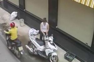Người phụ nữ chạy xe tay ga trộm tiền bà bán rau