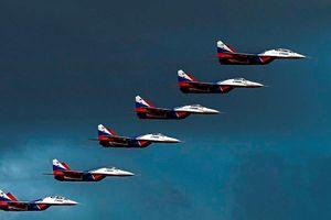 Tiêm kích MiG-29 bay đội hình bậc thang trên bầu trời ngoại ô Moscow