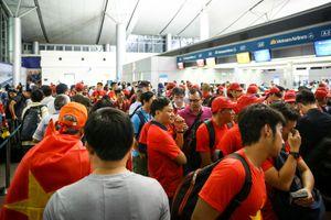 Người hâm mộ ùn ùn đi 'tiếp lửa' cho Olympic Việt Nam từ mờ sáng