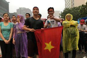 Người hâm mộ Sài Gòn đội mưa cổ vũ Olympic Việt Nam