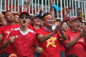 Sân Pakansari 'nổ tung' sau pha sút phạt của Minh Vương